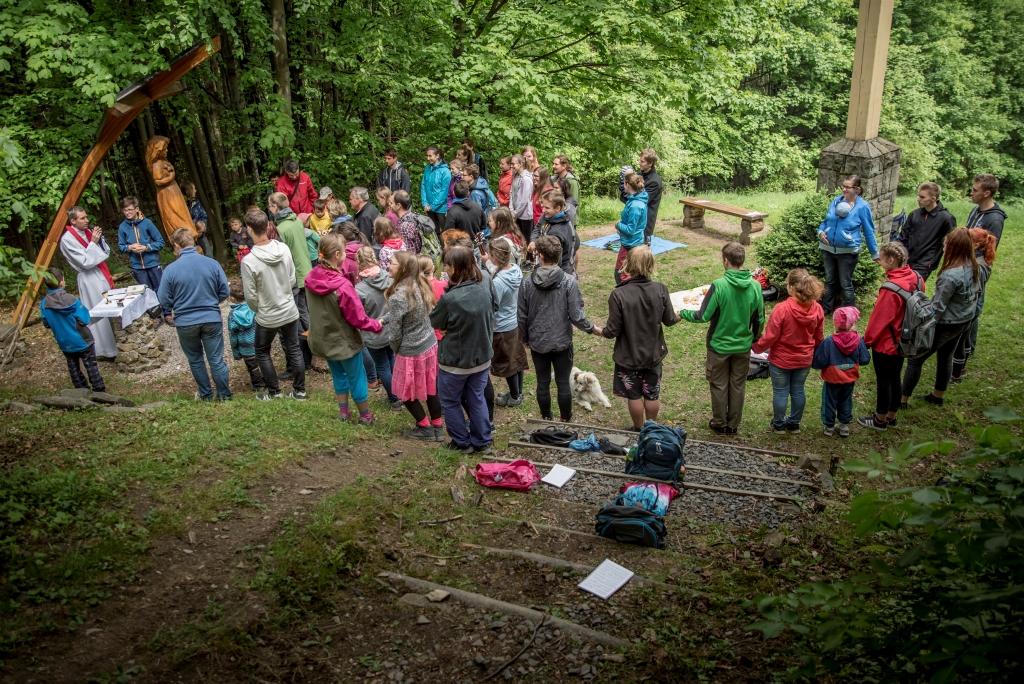 Chlebovice - Sobotní Pouti mládeže za čisté vztahy ke svaté Marii Goretti  na návrší nad obcí Chlebovice se zúčastnilo okolo 50 lidí. 7d35787a536